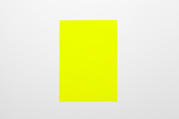 Papel colorido isolado no branco