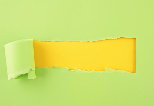 Papel colorido rasgado, buraco na folha de fundo de papel