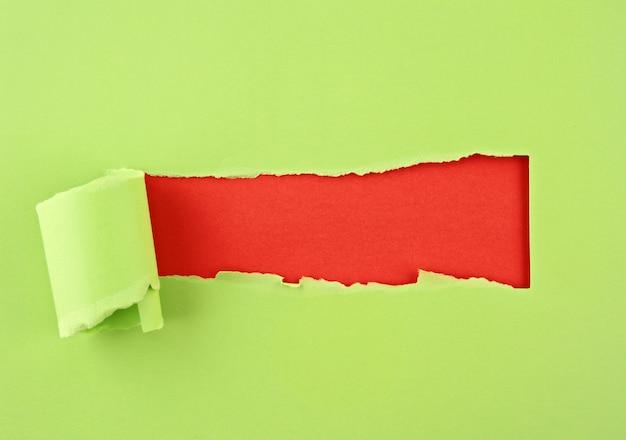 Papel colorido rasgado, furo na folha de papel