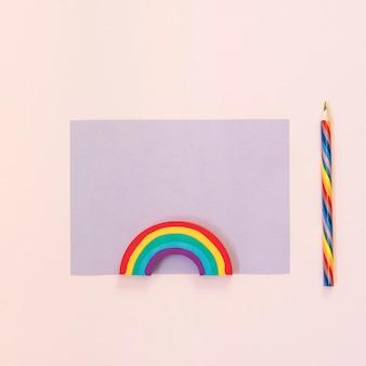 Papel com apagamento de arco-íris e lápis