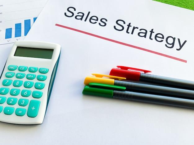 Papel com estratégia de vendas de texto em verde