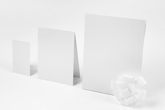 Papel com fundo branco de alto ângulo