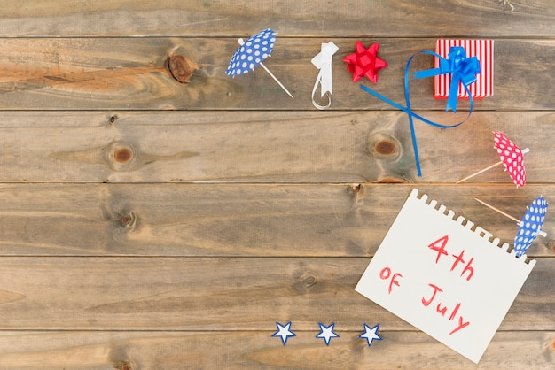 Papel com inscrição em 4 de julho e design festivo