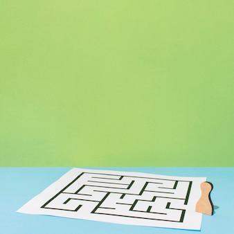 Papel com labirinto de alto ângulo