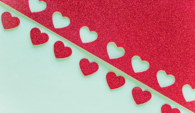 Papel com pequenos corações cortados na mesa