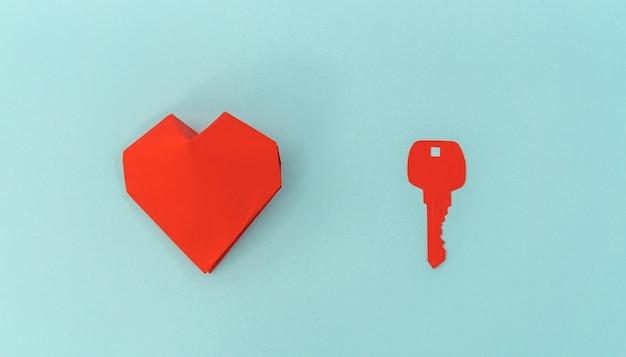 Papel cortado da chave para o coração como um símbolo do amor.