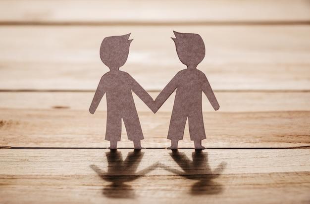 Papel das mãos do empresário tremendo na prancha de madeira, amizade do negócio e conceito de relação gay ou lgbt, meio ambiente e mundo sustentável.