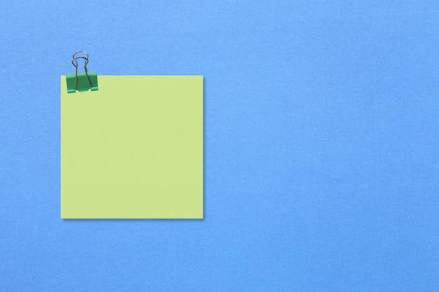 Papel de anotação quadrado colorido em papel azul