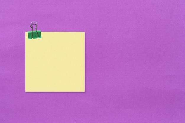 Papel de anotação quadrado colorido em papel roxo