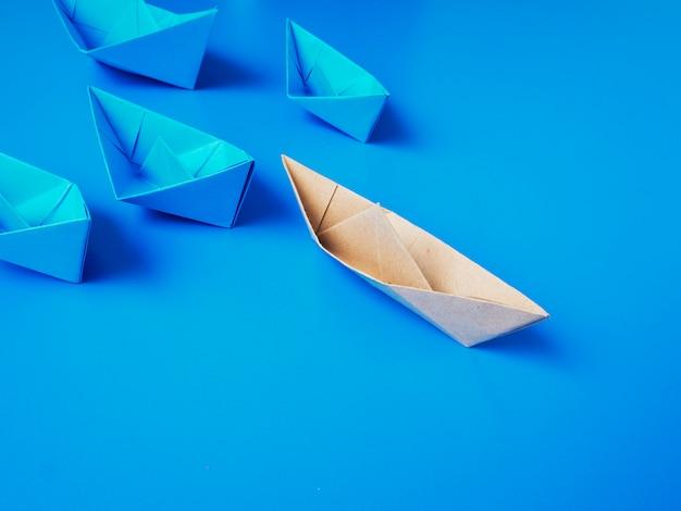 Papel de barco de origami de conceito de liderança