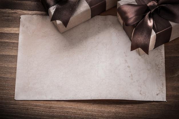 Papel de caixas de presentes embrulhadas no conceito de férias em placa de madeira vintage