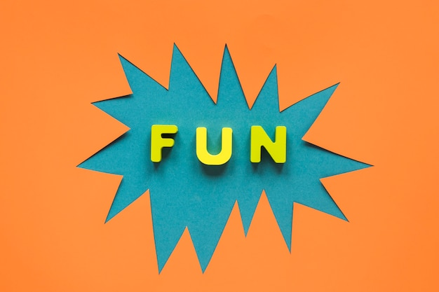 Papel de carnaval colorido recortado com diversão