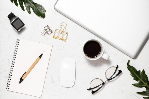 Papel de carta branco do mouse do teclado aberto lembrete vermelho pino clipe de pasta de lápis e xícara de café na mesa de mármore