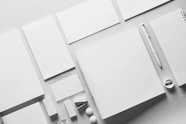 Papel de carta branco em fundo claro