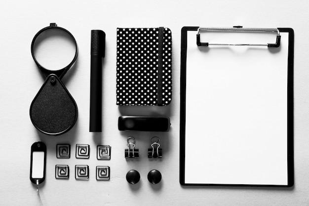 Papel de carta preto na mesa branca, vista de cima