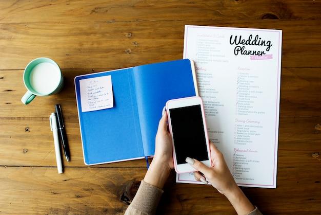 Papel de checklist de planejador de casamento na mesa de madeira
