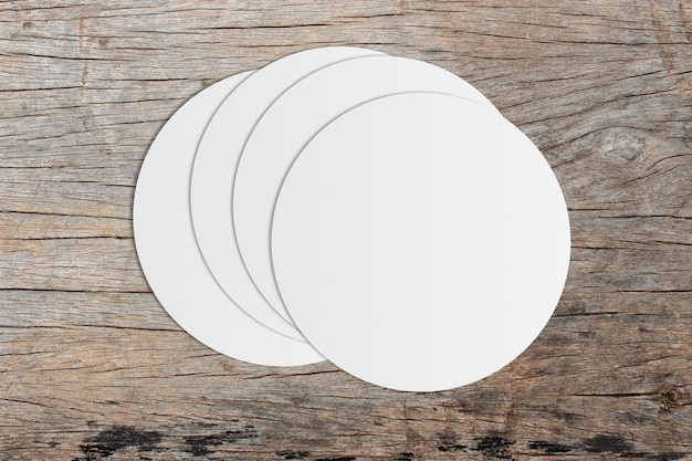 Papel de círculo branco e espaço para texto em fundo de madeira velho