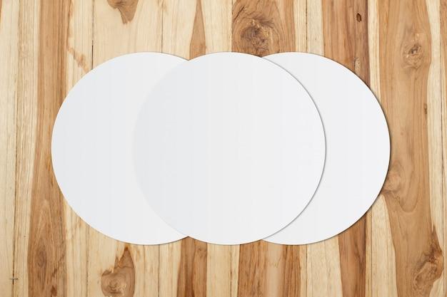 Papel de círculo branco e espaço para texto em fundo de madeira