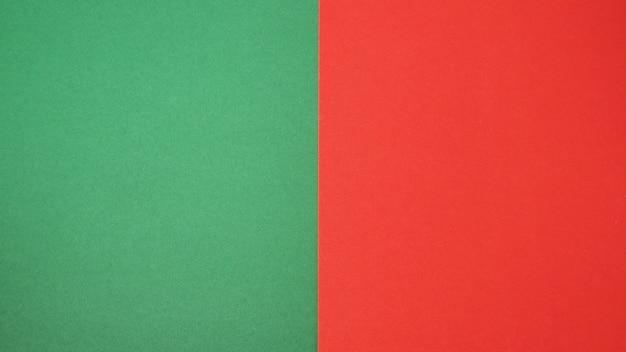 Papel de cor verde e vermelho para o fundo; é um espaço vazio e sem pessoas
