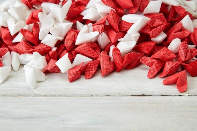 Papel de coração branco e vermelho sem madeira