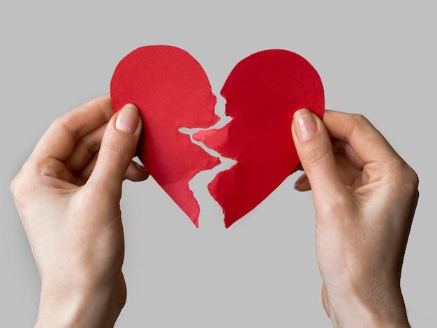 Papel de coração quebrado