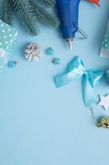 Papel de embrulho de natal e ano novo com pistola de cola, caixas e espaço de cópia
