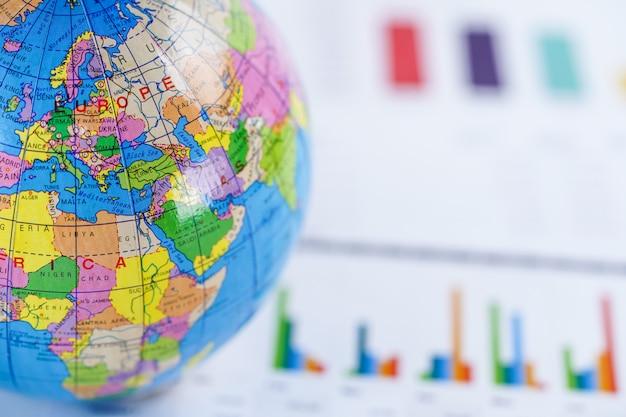 Papel de gráfico da carta com o mapa de europa do mundo do globo.