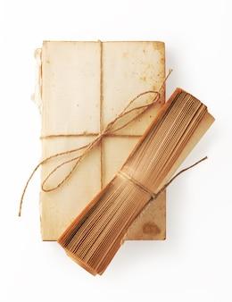 Papel de livro antigo e rolo de livro com barbante marrom amarrado