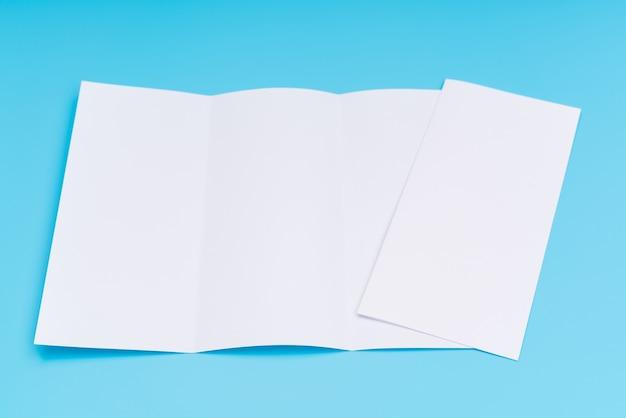 Papel de modelo branco triplo em fundo azul.