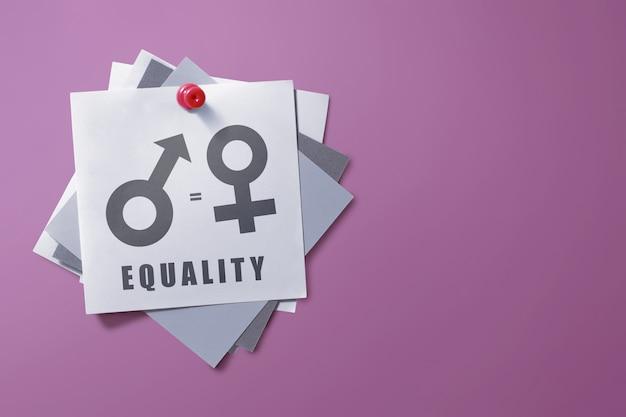 Papel de nota colorida com símbolo da igualdade de gênero