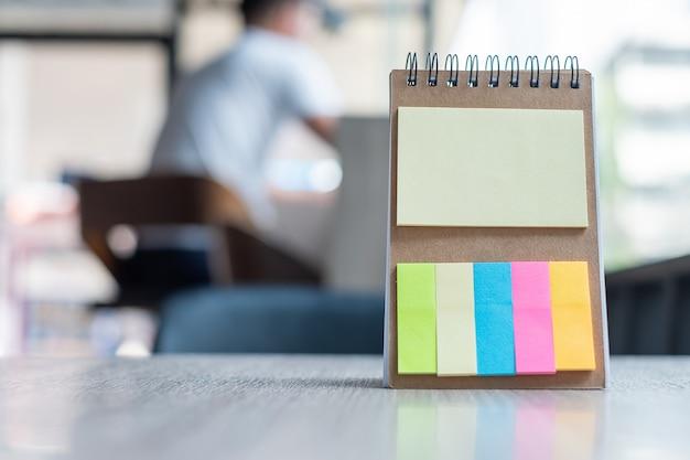 Papel de nota colorida em branco ou modelo de lembrete vazio