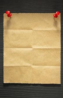 Papel de nota dobrado em fundo de madeira