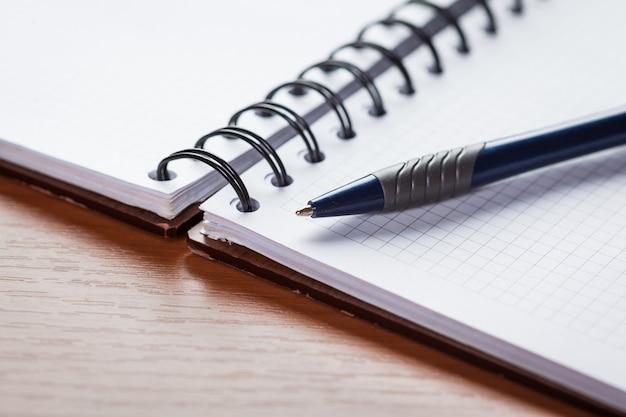 Papel de nota em branco com caneta