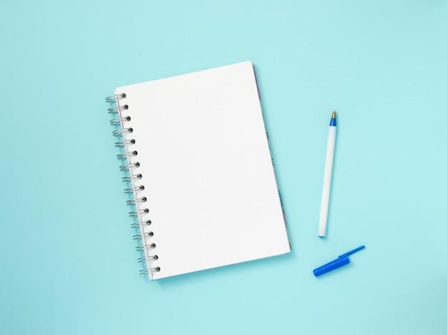 Papel de nota em branco sobre fundo azul