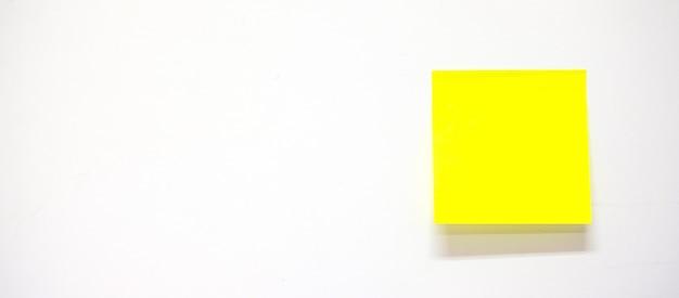 Papel de nota vazio da vara ou post-it no fundo branco. lembrete e conceito de negócio
