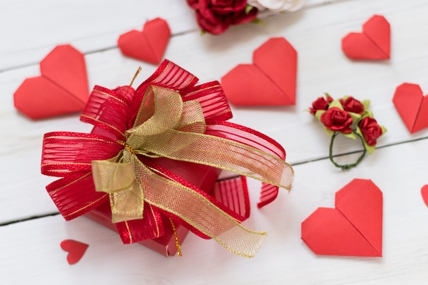 Papel de origami de coração vermelho e caixa de presente, romance e conceito de dia de velentine