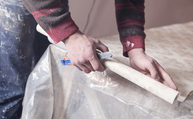 Papel de parede de corte de trabalhador. conserto de apartamento