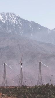 Papel de parede de fazenda de turbinas eólicas em uma terra deserta para celular