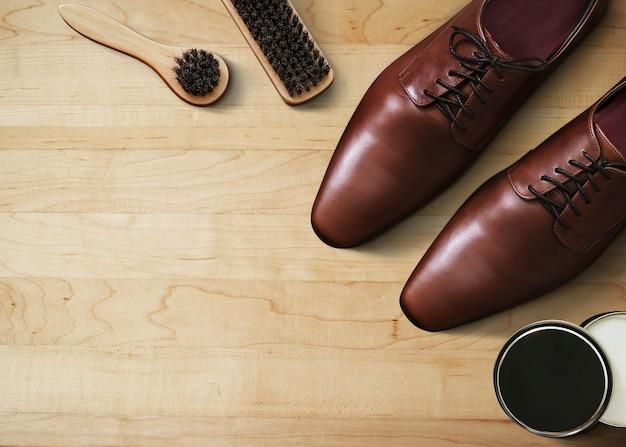 Papel de parede de moda masculina, fundo de madeira, sapatos de couro com ferramentas de polimento