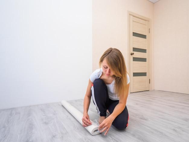 Papel de parede desembrulhar menina no chão