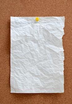 Papel de peça em branco fixado no quadro de avisos