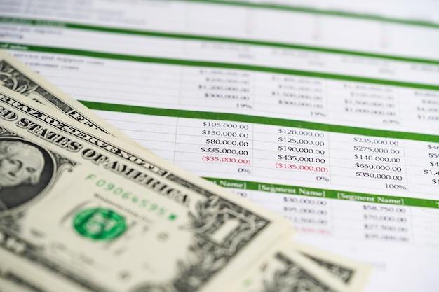 Papel de tabela da planilha com as cédulas do dólar americano.
