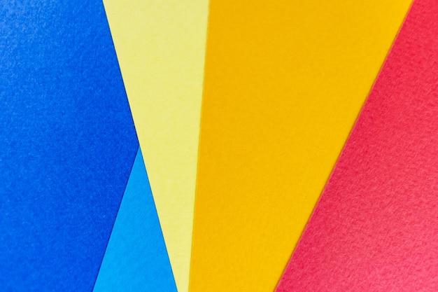 Papel de textura amarelo, vermelho e azul.