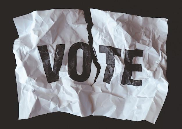 Papel destruído com o voto da palavra impresso, um crash do conceito da democracia