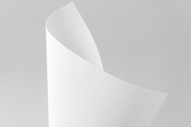 Papel dobrado em branco em um fundo cinza
