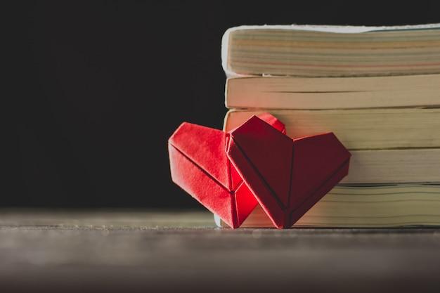 Papel dobrável em forma de coração para o dia do amor.