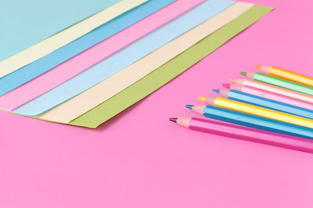 Papel e caneta de cor-de-rosa, conceito criativo