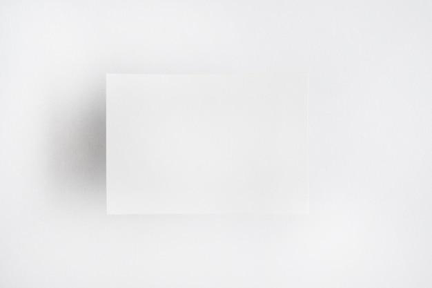 Papel em branco branco isolado sobre fundo liso