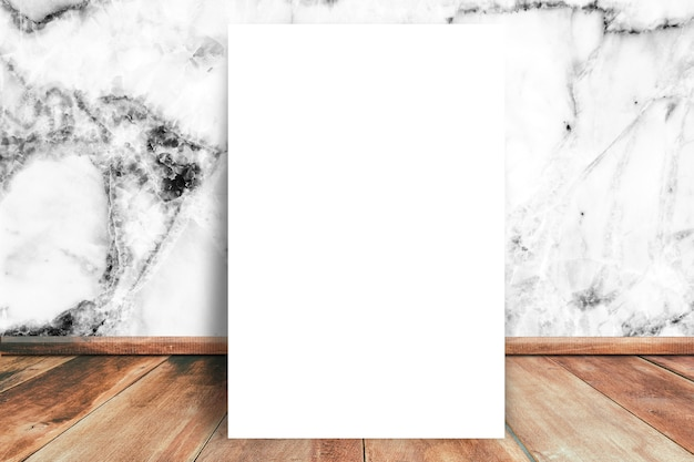 Papel em branco branco mock-se no assoalho de madeira com fundo de textura de parede de mármore branco