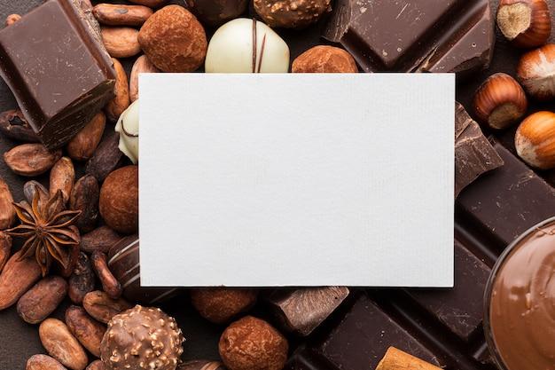 Papel em branco com chocolate delicioso